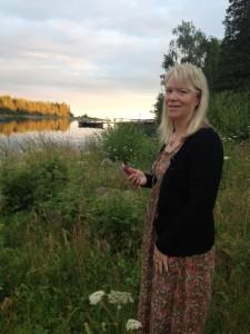 Britta Lundkvist en sommarkväll vid havet